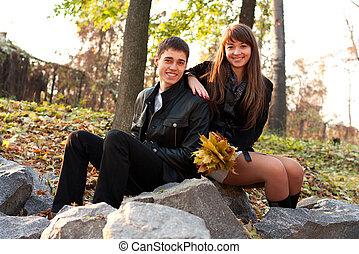 couple, jeune, automne, dehors, sourire heureux
