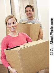 couple, jeune, boîtes, porter, en mouvement, carton, jour