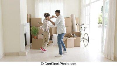 couple, jeune, célébrer, maison mobile, heureux