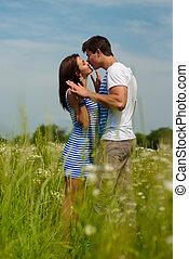 couple, jeune, champ, pâquerette, baisers, heureux