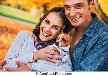 couple, jeune, chien, automne, dehors, portrait, heureux