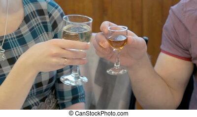 couple, jeune, cognac, tintement, lunettes champagne