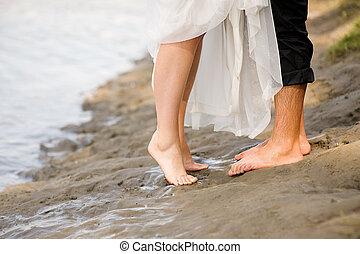 couple, jeune, coucher soleil, baisers, étreindre, plage, aimer
