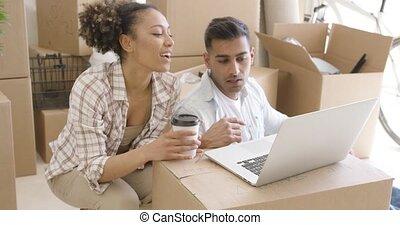couple, jeune, course, mélangé, portable utilisation