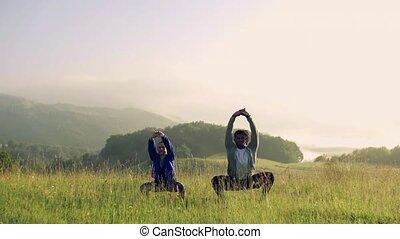 couple, jeune, dehors, nature, pré, exercice, morning., tôt