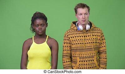 couple, jeune, ensemble, regarder, multi-ethnique, loin
