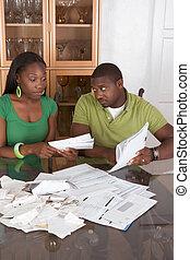 couple, jeune, ethnique, table, factures, accablé