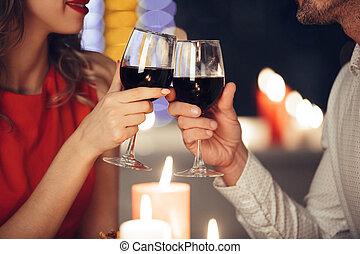 Couple, vin, haut, tenir verres.