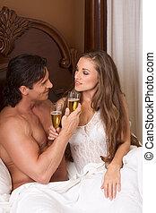 couple, jeune, lit, champagne, sensuelles, aimer