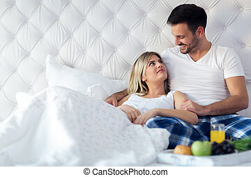 couple, jeune, lit, séduisant, petit déjeuner, avoir