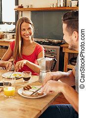 couple, jeune, maison, petit déjeuner, avoir, heureux