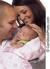 couple, jeune, nouveau né, race mélangée, bébé