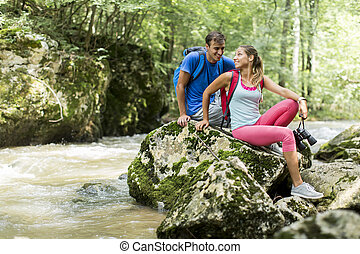 couple, jeune, randonnée, forêt