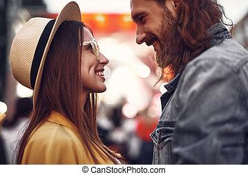 couple, jeune regarder, autre, chaque, sourire, aimer