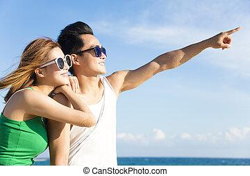 couple, jeune regarder, heureux, plage, vue