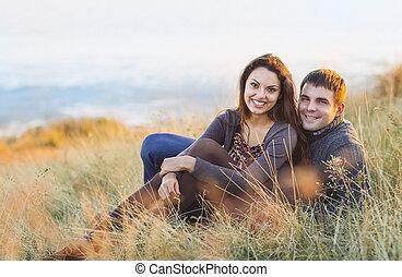 couple, jeune, rire, mer, portrait, froid, jour, heureux