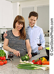 couple, jeune, salade, préparer