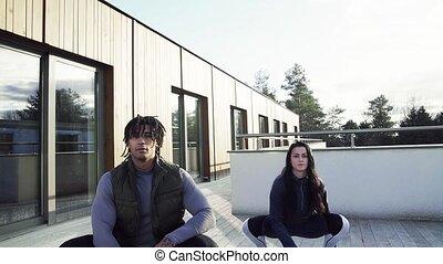 couple, jeune, terrace., kettlebells, dehors, exercice