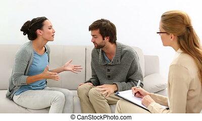 couple, jeune, thérapeute, discuter, quoique