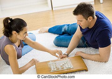 couple, jouant échecs