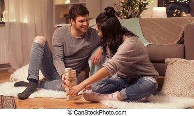 couple, jouant jeu, maison, block-stacking, heureux