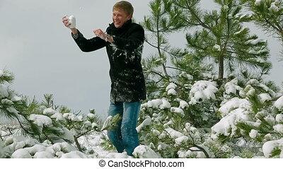 couple, jouer, baston, neigeux, jeune, parc, boule de neige, pin