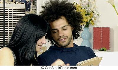 couple, jouer, tablette, divan
