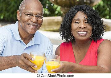 couple, jus, américain, africaine, orange, personne agee, boire