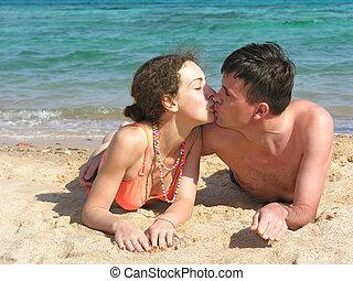 couple kiss on beach