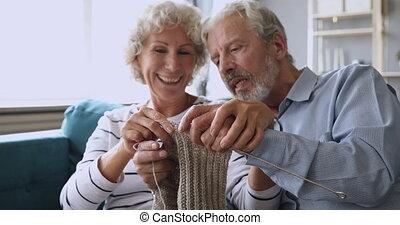 couple, laine, scarf., mariés, age moyen, gris, heureux, fait main, tricot
