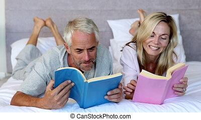 couple, lecture, livres, dans chambre coucher