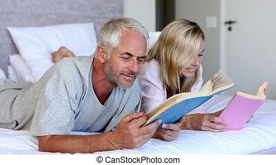 couple, lecture, livres, ensemble, dans, th