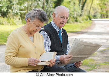 couple, lecture, personnes agées