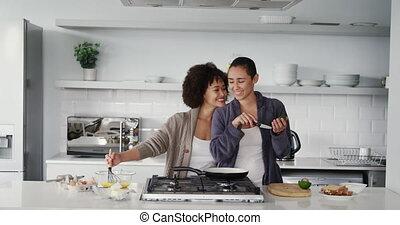 couple, lesbienne, cuisine, petit déjeuner, préparer