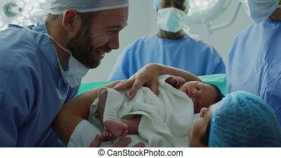 couple, leur, bébé, regarder, hôpital, caucasien, gros plan...