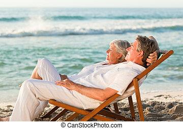 couple, leur, délassant, pont, personnes agées, chaises