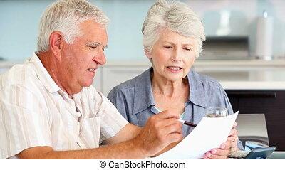 couple, leur, factures, payant, personne agee