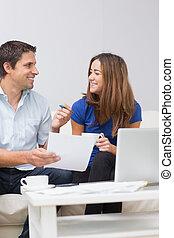 couple, leur, factures, payant, sourire, ligne, maison