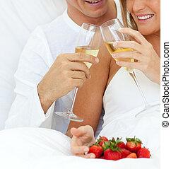 couple, leur, fraises, mensonge, gai, champagne, lit, boire