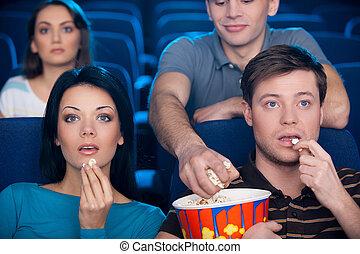 couple, leur, siège, regarder, pop-corn, jeune, cinéma, film, excité, homme, manger, voler, popcorn., dos, quoique
