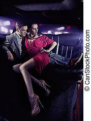 couple, limousine, luxe, étreindre, beau