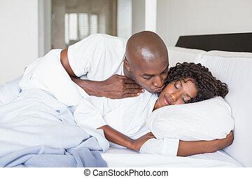 couple, lit, heureux, ensemble, mensonge