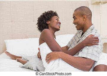 couple, lit, heureux, séance, cuddlin