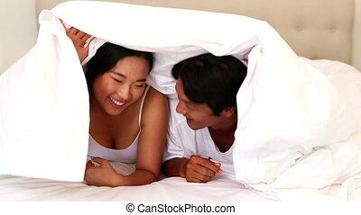 couple, lit, heureux, sous, mensonge, couette