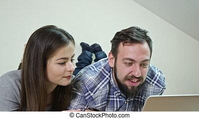 couple, lit, utilisation, maison, ordinateur portable, mensonge, heureux