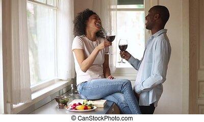 couple, lunettes, liaison, rire, africaine, tintement, heureux, parler, cuisine