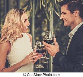 couple, lunettes, vin, rouges, restaurant