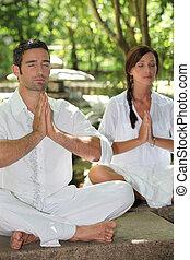 couple, méditer, jardin pierre