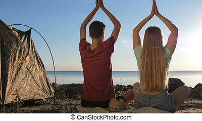 couple, méditer, rivage, tente, vue postérieure