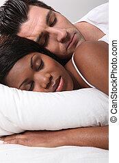 couple, mélangé-race, endormi